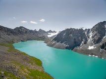Immagine del fuco dal lago mountain con neve e cielo blu Fotografia Stock