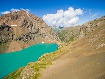Immagine del fuco dal lago mountain con neve e cielo blu Fotografia Stock Libera da Diritti
