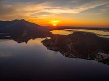 Immagine del fuco dei laghi al tramonto con arancio e blu Fotografia Stock Libera da Diritti