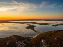 Immagine del fuco dei laghi al tramonto con le nuvole nella riflessione Immagini Stock Libere da Diritti