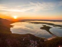 Immagine del fuco dei laghi al tramonto con le nuvole nella riflessione Immagine Stock Libera da Diritti