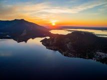 Immagine del fuco di paesaggio con la riflessione in lago su Sunny Day Fotografia Stock