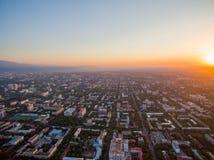 Immagine del fuco sopra la città al tramonto Immagine Stock Libera da Diritti