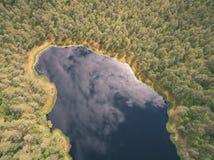 immagine del fuco vista aerea di zona rurale con il lago in foresta - vin Fotografia Stock