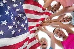 Immagine del fuoco composita sulla bandiera degli S.U.A. illustrazione di stock