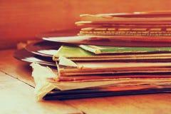 Immagine del fuoco selettivo della pila delle annotazioni con l'annotazione sulla cima sopra la tavola di legno Annata filtrata Fotografia Stock Libera da Diritti