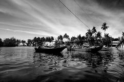 Immagine del fuoco selettivo di piccole barche variopinte della fibra del pescatore ancorate alla riva Immagine Stock