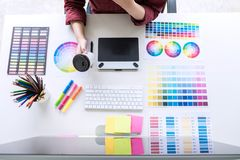 Immagine del grafico creativo femminile che lavora al selec di colore fotografia stock libera da diritti