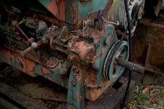 Immagine del grano: Chiuda su di vecchio prefabbricato a macchina dell'acciaio ed utilizzato nella macchina tagliata e rustica pa Fotografie Stock