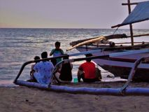 Immagine del gruppo con gli amici lungo la riva di mare fotografia stock libera da diritti