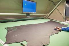 Immagine del lavoratore che dispone calibro sagomato facendo uso del raggio laser immagini stock