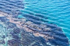 Immagine del mare con chiara acqua con le tracce inferiori fotografie stock libere da diritti
