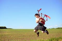 Immagine del maschio che salta su con i tubi dentro Fotografia Stock Libera da Diritti