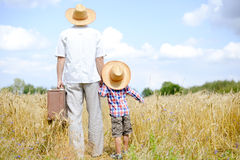 Immagine del padre e del figlio che viaggiano sull'estate Fotografia Stock