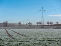 Immagine del paesaggio di inverno con le linee elettriche immagine stock