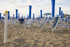 Immagine del palo con la corda che divide la spiaggia privata Fotografia Stock