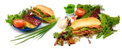 immagine del panino, della salsiccia, del pomodoro e del formaggio Fotografia Stock