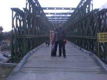 Immagine del ponte di legno delle coppie Immagine Stock Libera da Diritti