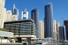 Immagine del porticciolo del Dubai con i grattacieli e i yatchs Gli espatriato hanno preferito il distretto fotografie stock