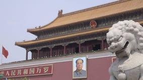 Immagine del presidente Mao vicino alla Città proibita stock footage