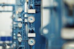 Immagine del primo piano dei barometri in una pianta della fabbrica di birra Immagini Stock Libere da Diritti