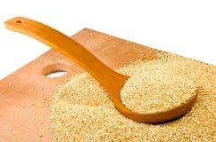 Immagine del primo piano dei grani della quinoa fotografia stock libera da diritti