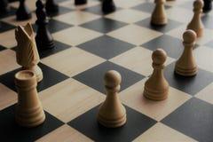 Immagine del primo piano dei pezzi degli scacchi immagine stock