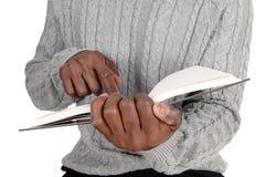 Immagine del primo piano dell'uomo di colore che tiene un libro Immagine Stock