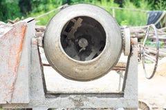 Immagine del primo piano della betoniera sporca che funziona al sito immagine stock