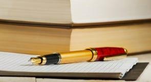 Immagine del primo piano della penna, del taccuino e del libro Immagine Stock Libera da Diritti