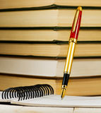 Immagine del primo piano della penna, del taccuino e del libro Fotografia Stock
