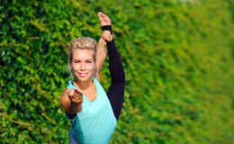 Immagine del primo piano della posizione delle mani nella posa di yoga del ballerino di re Fotografia Stock Libera da Diritti