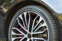 Immagine del primo piano della ruota di nuova automobile sportiva Fotografia Stock Libera da Diritti