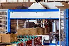 Immagine del primo piano delle scatole di cartone sul nastro trasportatore Fotografia Stock Libera da Diritti