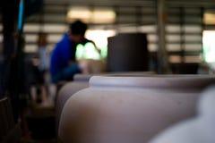 Immagine del primo piano delle terraglie tradizionali dell'argilla nella fabbrica fotografia stock