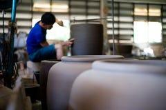 Immagine del primo piano delle terraglie tradizionali dell'argilla nella fabbrica immagine stock libera da diritti