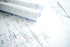 Immagine del primo piano di architettura con i dettagli di costruzione e di progettazione sulla tavola dell'ingegnere immagine stock