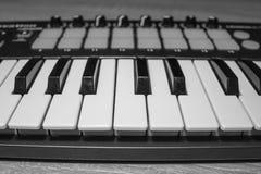 Immagine del primo piano di chiavi di tastiera del Midi in bianco e nero Immagine Stock