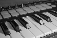 Immagine del primo piano di chiavi di tastiera del Midi in bianco e nero Fotografia Stock