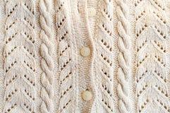 Immagine del primo piano di tessuto tricottato con i bottoni bianchi Immagine Stock Libera da Diritti
