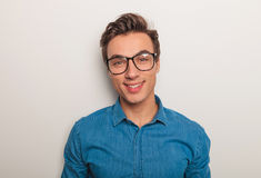 Immagine del primo piano di un giovane con sorridere di vetro Immagine Stock