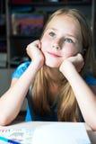 Immagine del primo piano di una bambina bella di sogno Immagine Stock