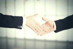 Immagine del primo piano di una stretta di mano costante che sta per un'associazione di fiducia immagini stock libere da diritti