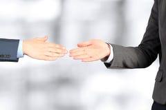 Immagine del primo piano di una stretta di mano costante fra due colleghi Immagini Stock