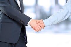 Immagine del primo piano di una stretta di mano costante fra due colleghi Immagine Stock