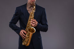 Immagine del primo piano di una tromba in mani di un jazz Fotografia Stock Libera da Diritti