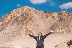 Immagine del ritratto di bello turista asiatico della donna che allunga armi e condizione davanti alla montagna Fotografie Stock Libere da Diritti