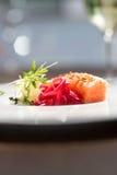 Immagine del salmone saporito sul piatto con la vite bianca Fotografia Stock