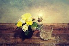 Immagine del vaso di fiore sulla tavola nello stile d'annata Immagini Stock Libere da Diritti