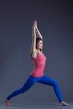 Immagine dell'istruttore grazioso di yoga che posa nel asana Fotografia Stock